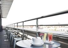 Die stylische Hochzeitslocation in Berlin bringt sie dem Himmel nah: Die hellen, weitläufigen Sky-Räume in der 7. Etage des Ku' Damm 101 bieten einen herrlichen Ausblick über die Stadt.